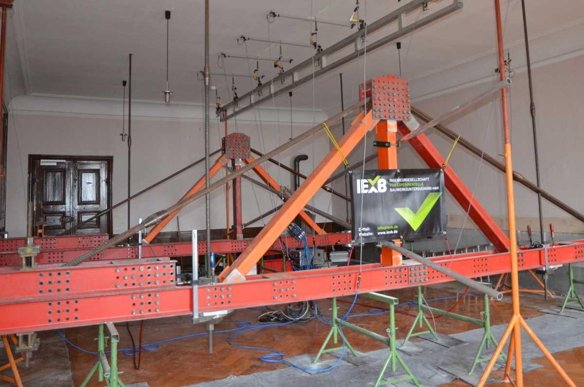 Untersuchungsaufbau zur gesteuerten Lasteinleitung an Holzbalkendecken