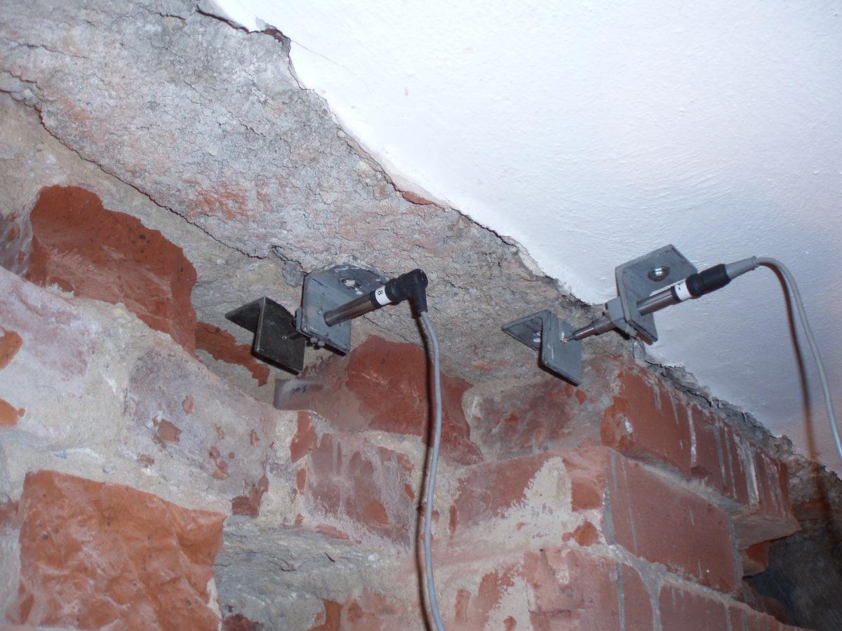 Verformungsmessung zwischen Ziegelmauerwerk Stahlbeton