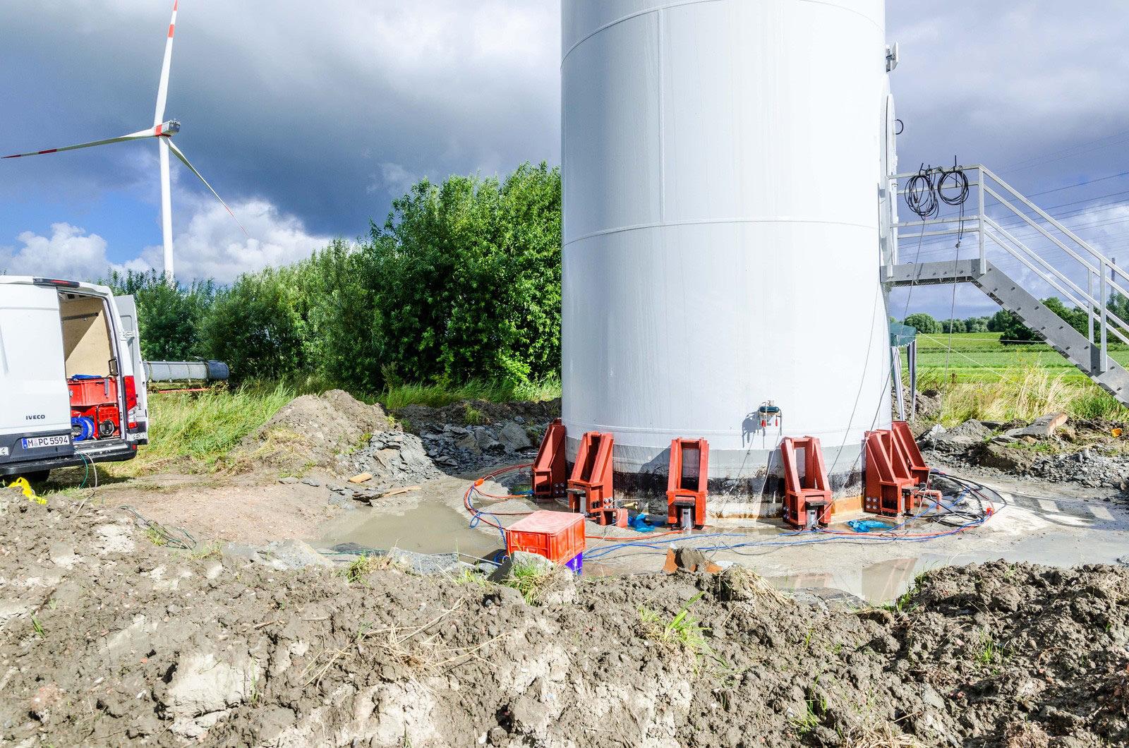 hydraulisches Anheben einer Windkraftanlage
