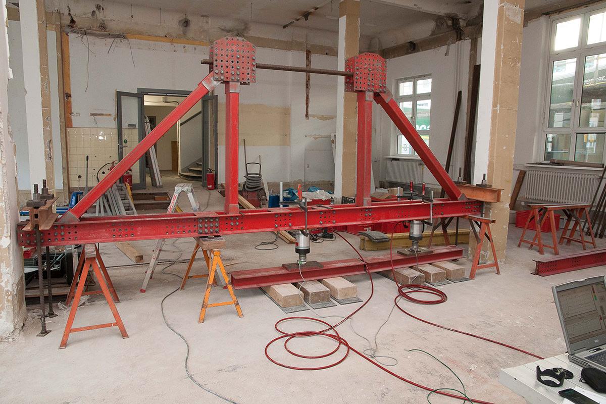 Belastungsuntersuchung an Stahlbeton Decken und Unterzügen zur Ermittlung von Tragreserven